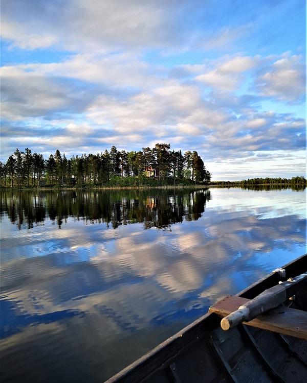 Midnight Sun a lake